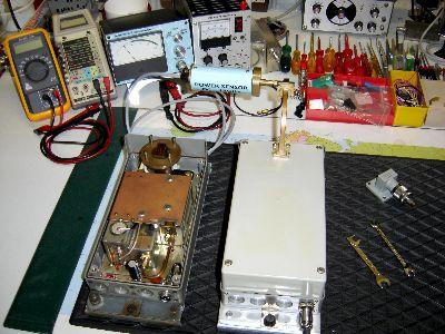 Leistungsmessung an der 24GHz-Bake, daneben liegt geöffnet die 10GHz-Bake.